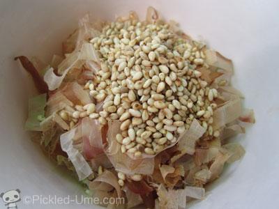 梅かつお(梅風味ごま&おかかソース)レシピ – たたき梅(梅肉)+鰹節+ごま